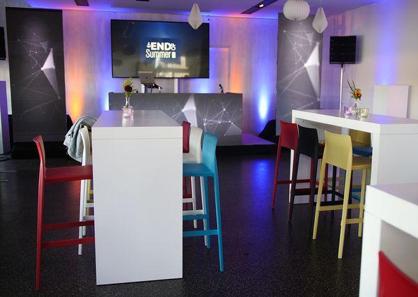 End Of Summer Networking weiße Tische und bunte Stühle