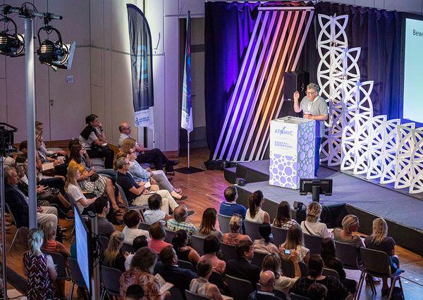 G+B Locations Messe Rednerpult auf der Bühne