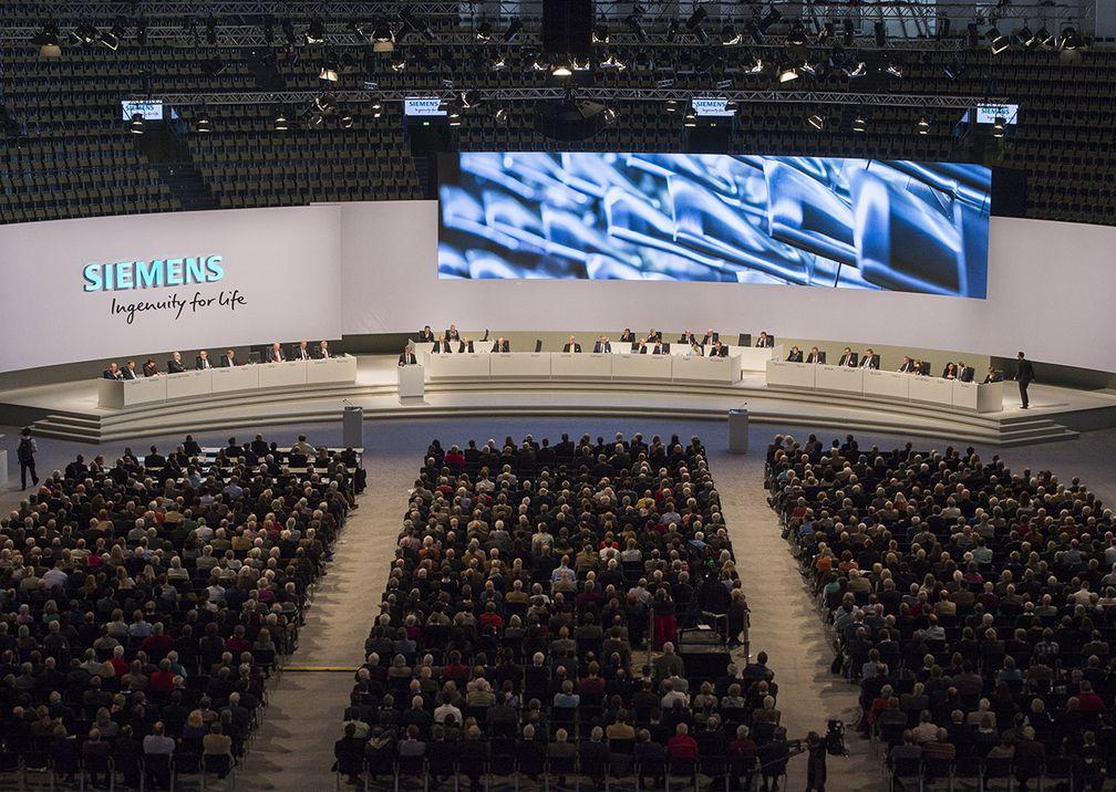 Siemens Hauptversammlung Bühne mit Publikum