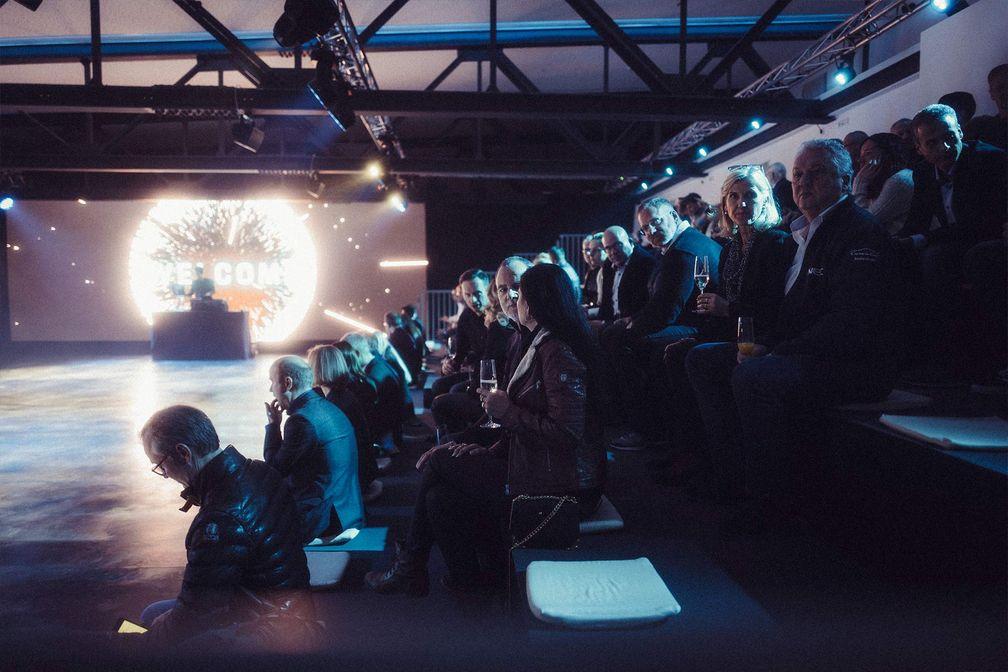 Porsche Taycan Bühne mit Publikum