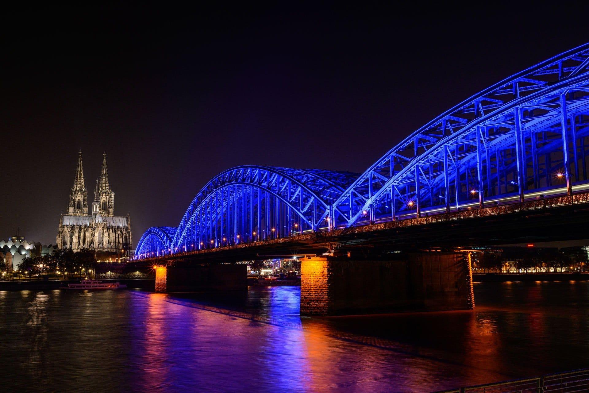 Beleuchtete Hohenzollernbrücke