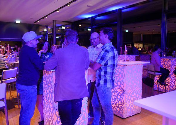 G+B Afterwork Party Gäste an den ATOMIC Tischen